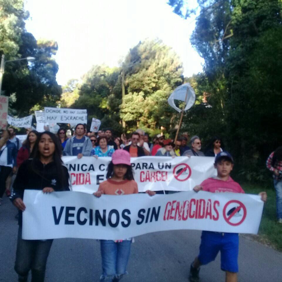 Los vecinos de Mar del Plata manifestaron su repudio a la presencia del genocida Miguel Etchecolatz en el barrio Peralta Ramos.